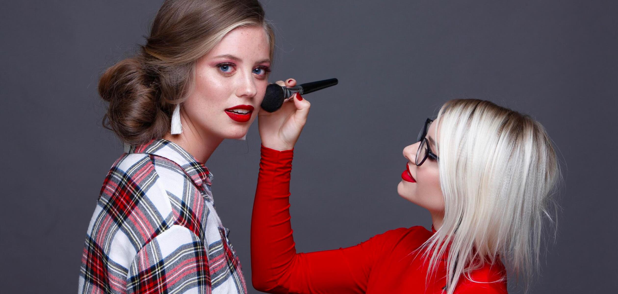 Мастер Ксения Попкова делает макияж девушке в студии