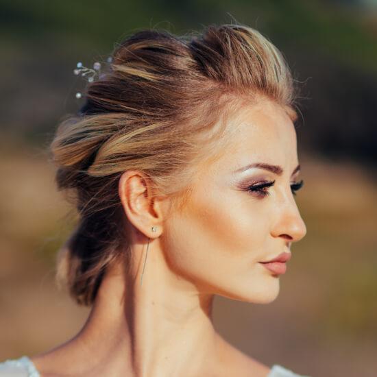 Девушка с аккуратной укладкой и красивым свадебным макияжем