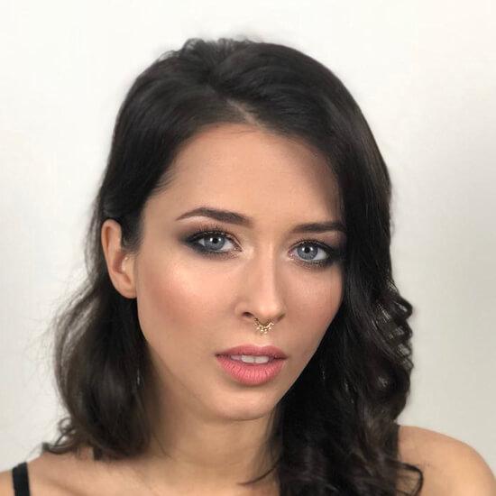 Девушка с вечерним макияжем, черными вьющимися волосами
