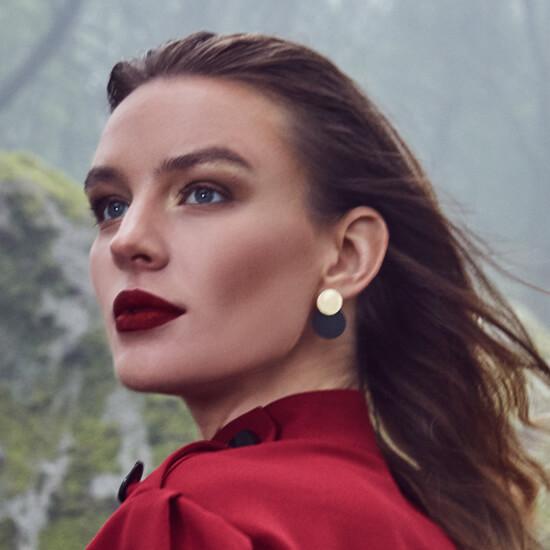 Модель с макияжем для фотосессии и развивающимися волосами