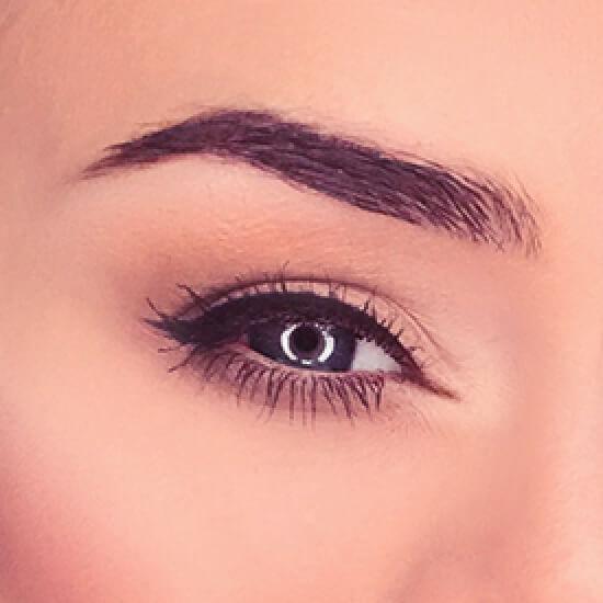 Крупное изображение глаза и брови с аккуратным макияжем