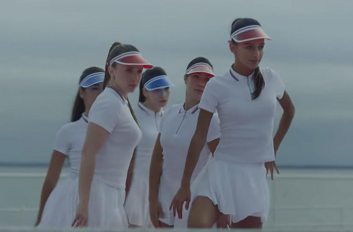 Кадр из рекламы EDP с девушками в теннисной форме на пляже