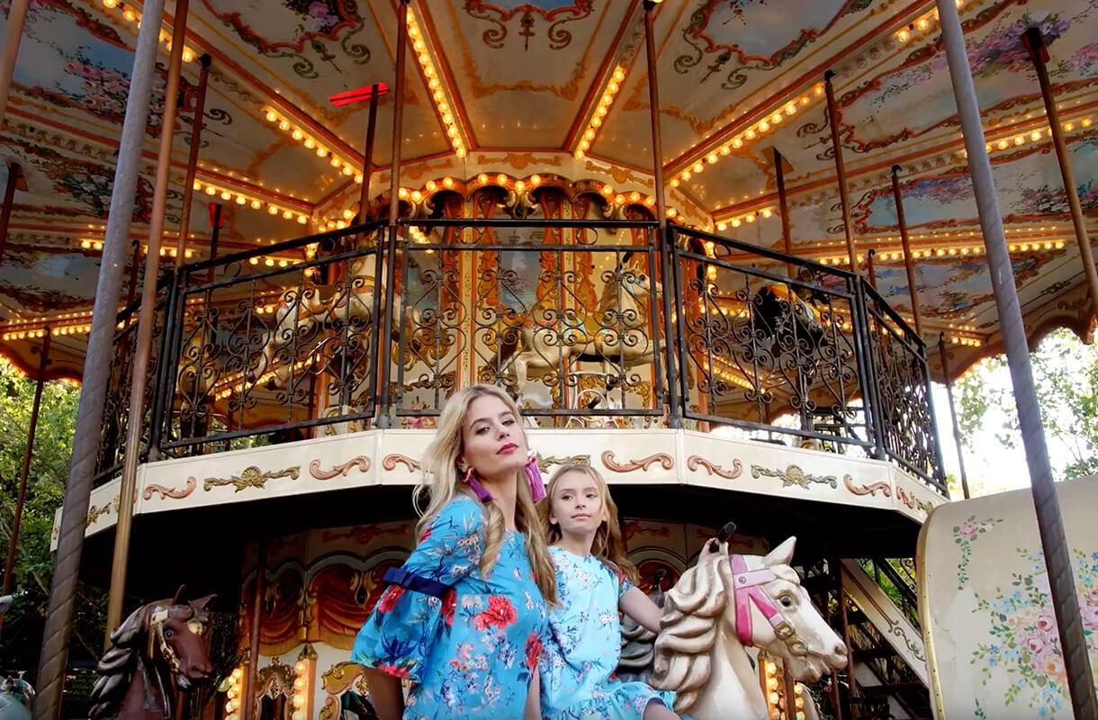 Кадр из рекламного ролика марки ZARINA с мамой и дочкой на карусели