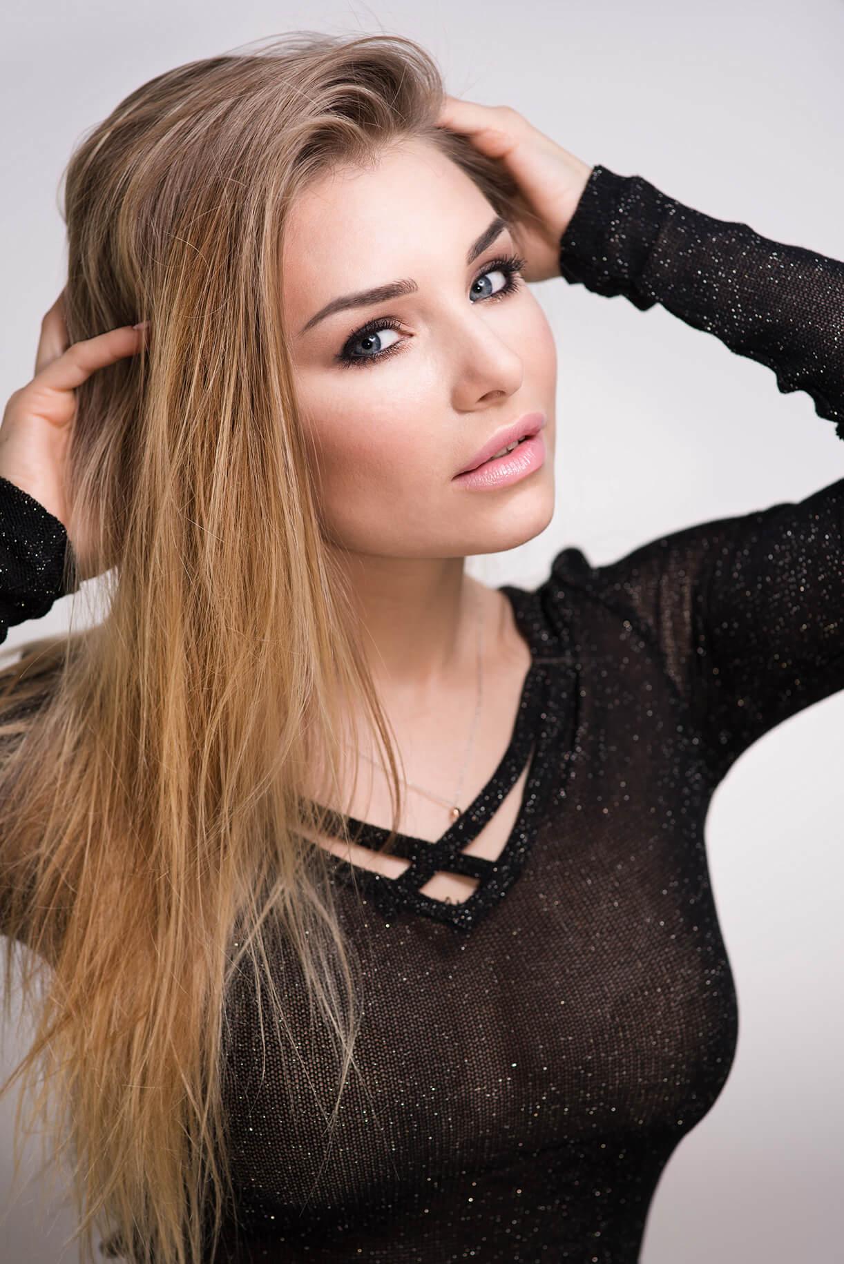 Девушка с аккуратными бровями и макияжем