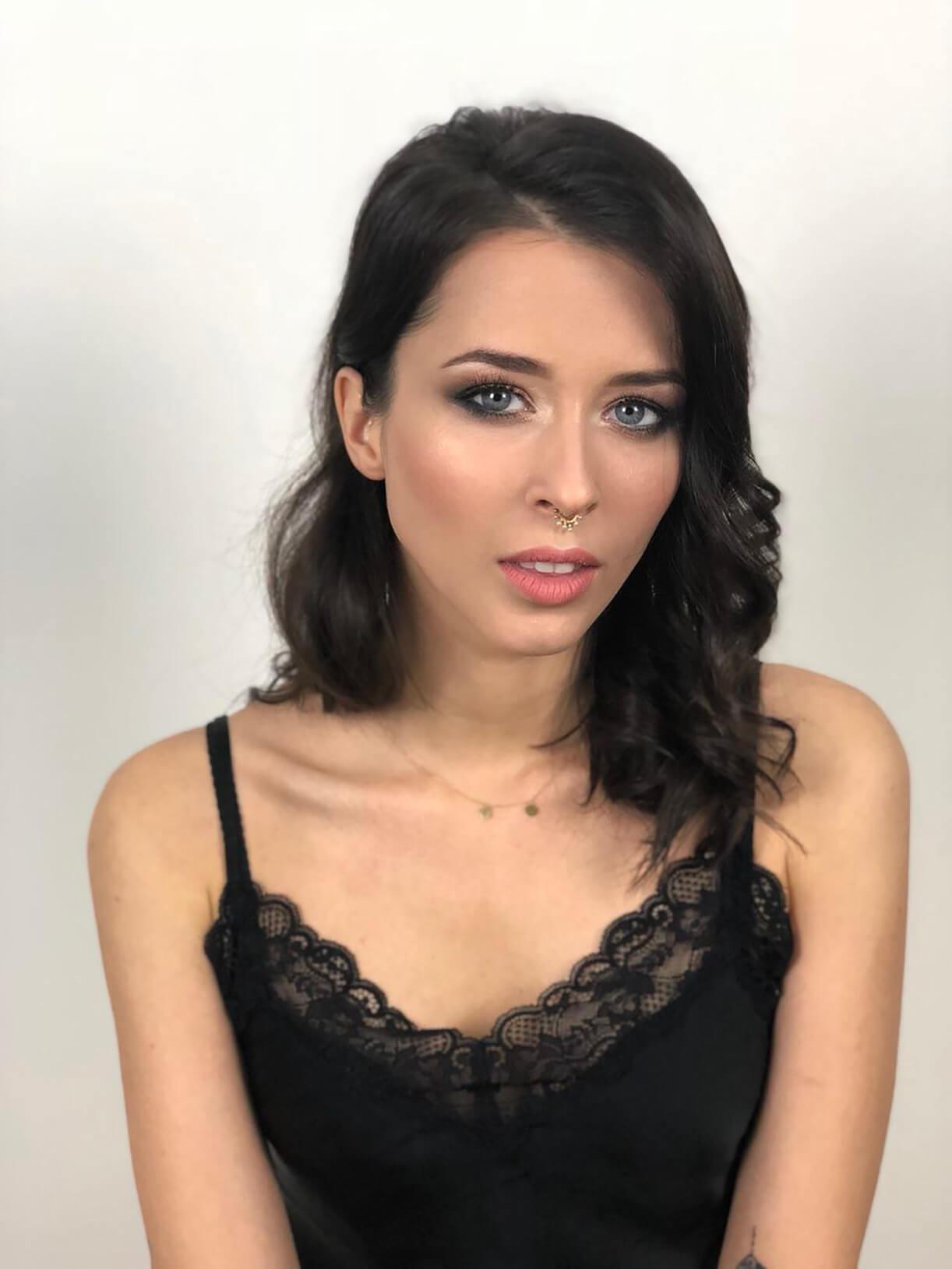 Девушка с вечерним макияжем в студии стилиста