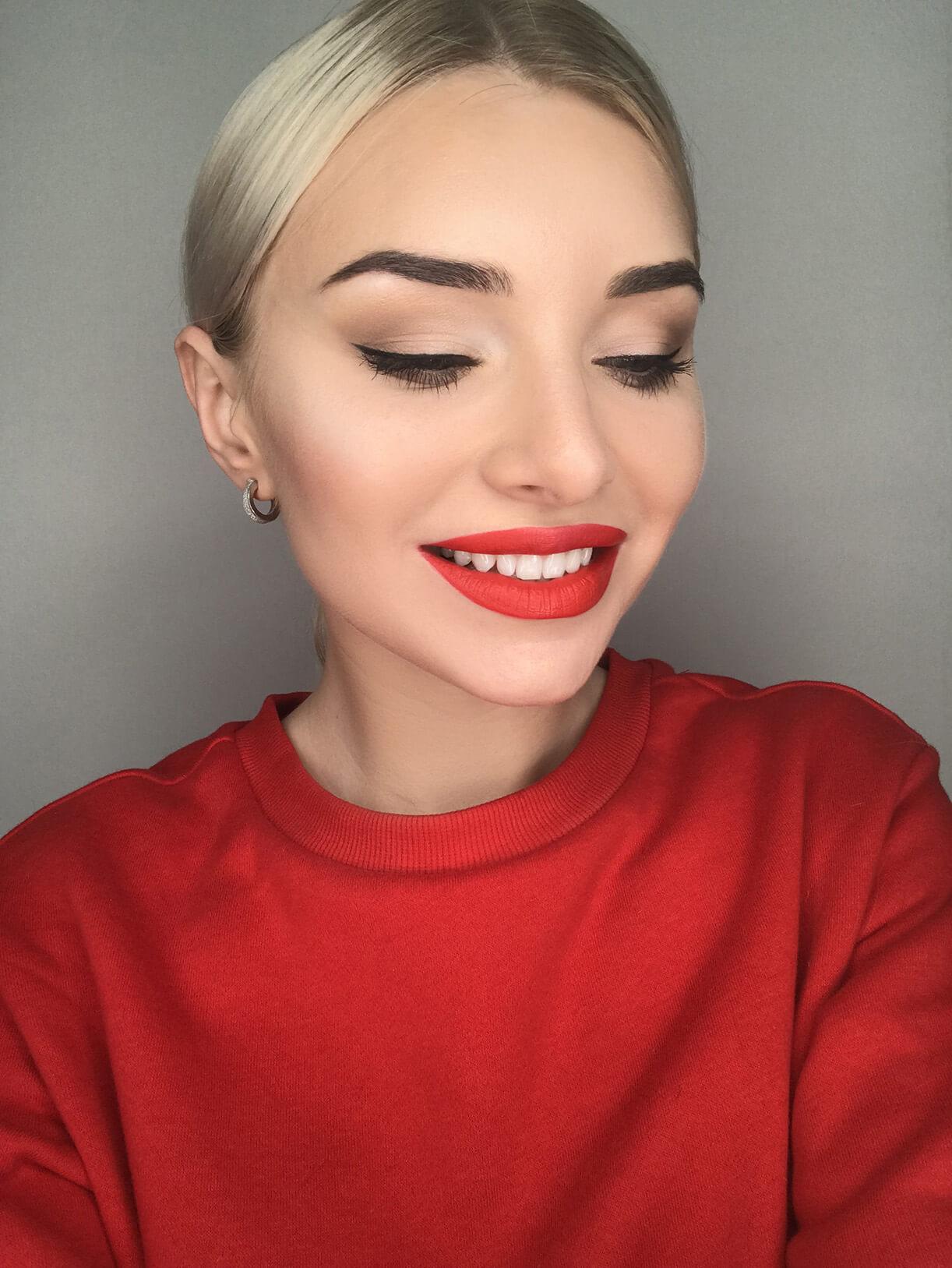Девушка с яркой красной помадой и аккуратными бровями