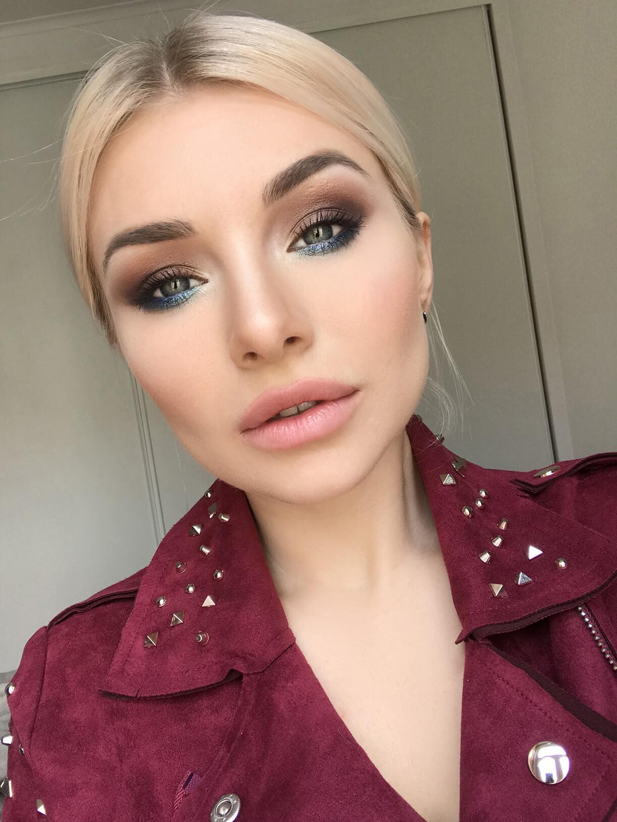 Девушка с ярким макияжем вокруг глаз
