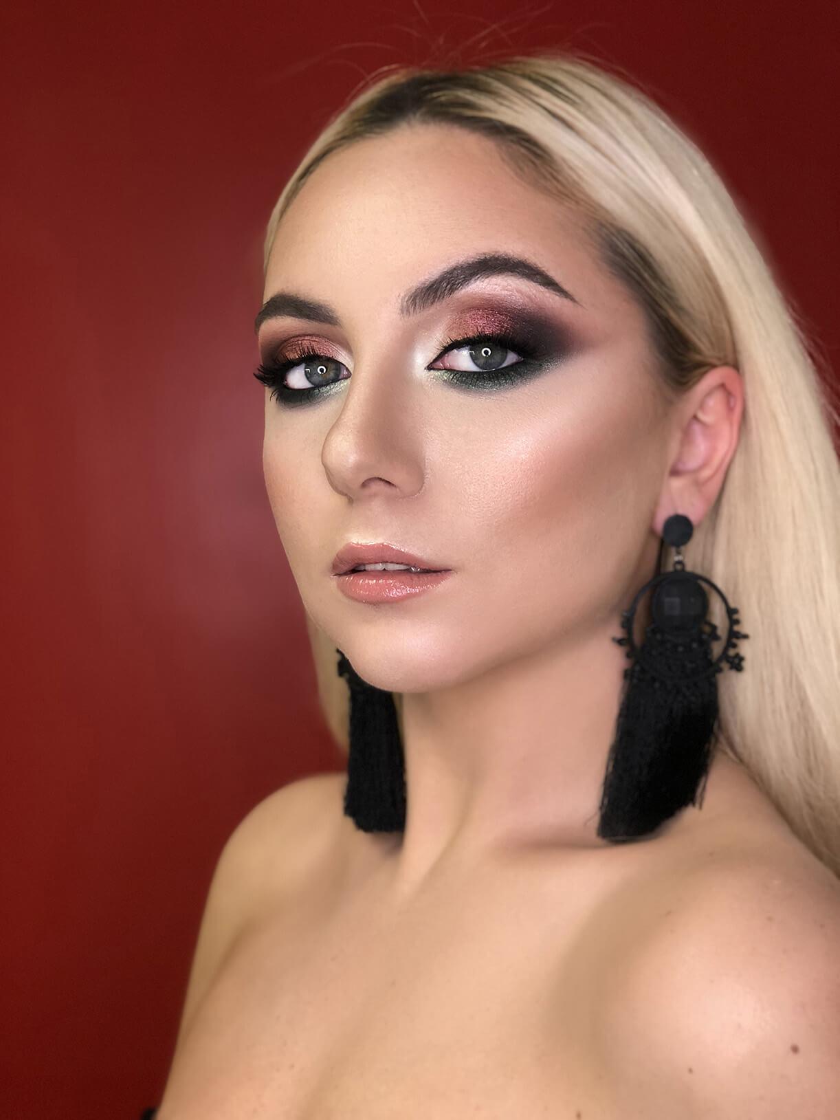 Девушка с ярким вечерним макияжем