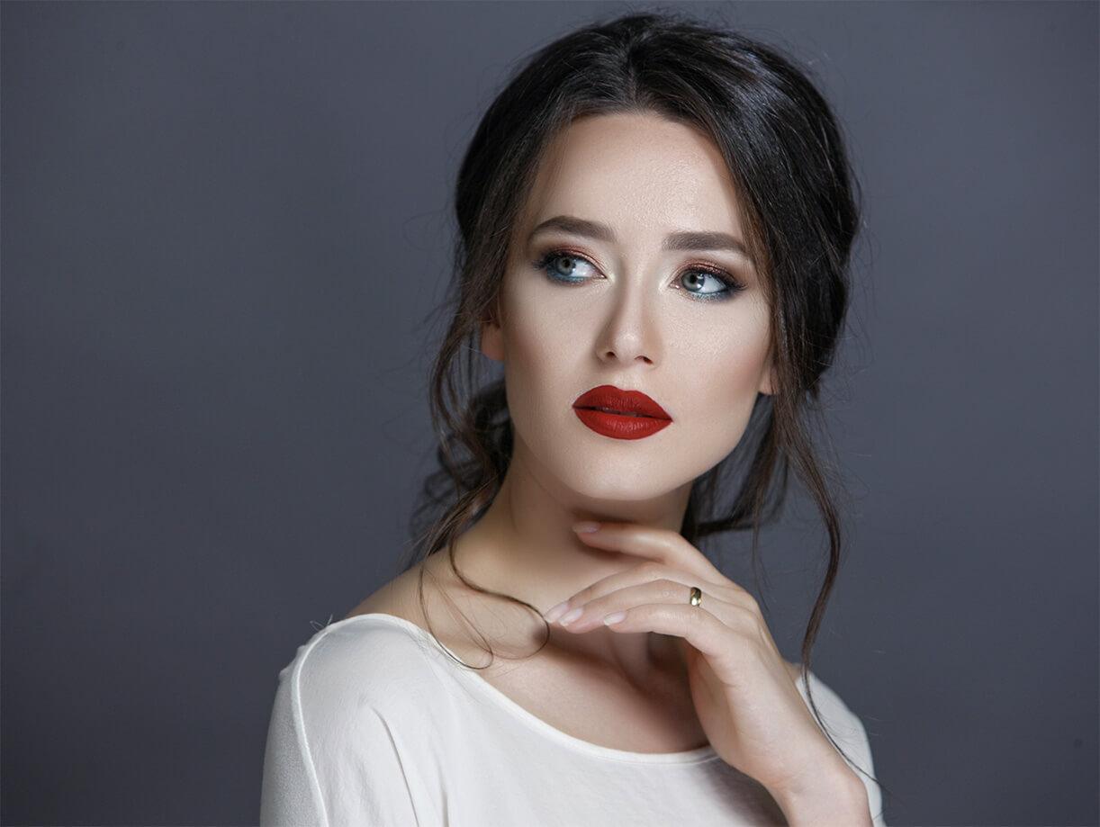 Девушка с ярким макияжем в студии