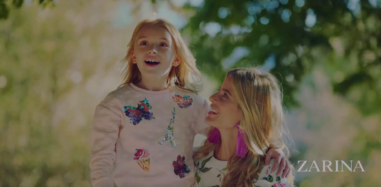 Кадр из рекламы ZARINA с мамой и дочкой в парке