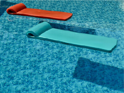 Pool with floating mats