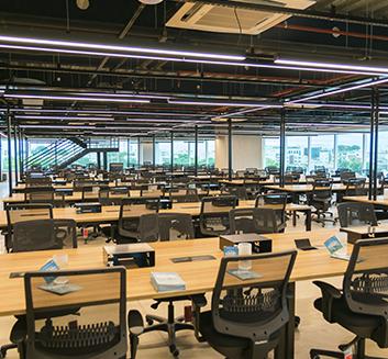 Imagem: Escritório vazio com diversas mesas e cadeiras