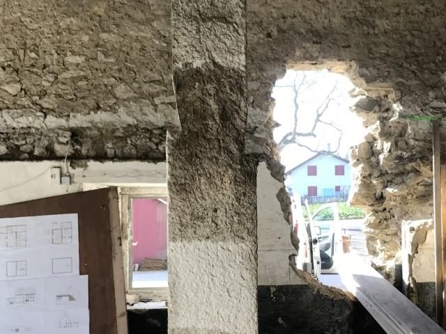 Décapage et gommage de pilier en granite
