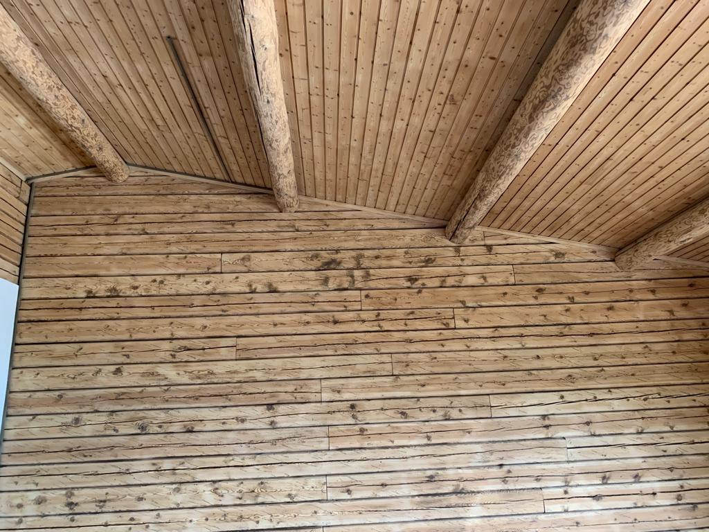 Micro-gommage des plafond en lambris