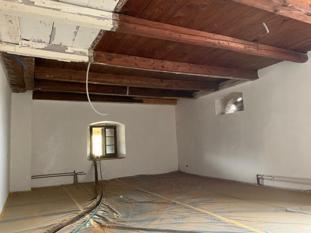 Sablage d'un plafond en bois et poutraisons à Genève
