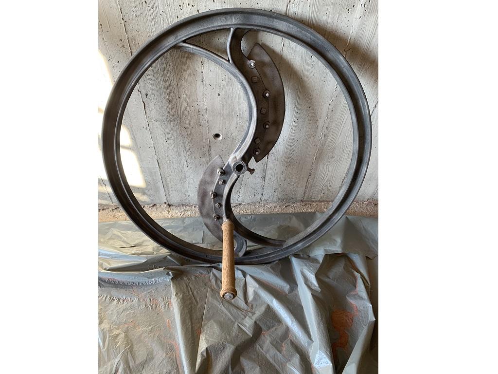 Sablage métal et bois d'une roue en fonte