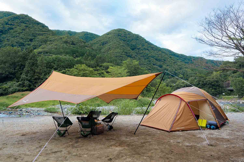 自然豊かなキャンプ場と厳選されたアウトドアギアの写真