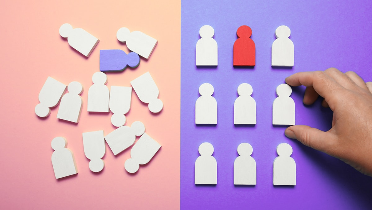 Shapes of people scattered on the left and organized in a neat fashion on the right