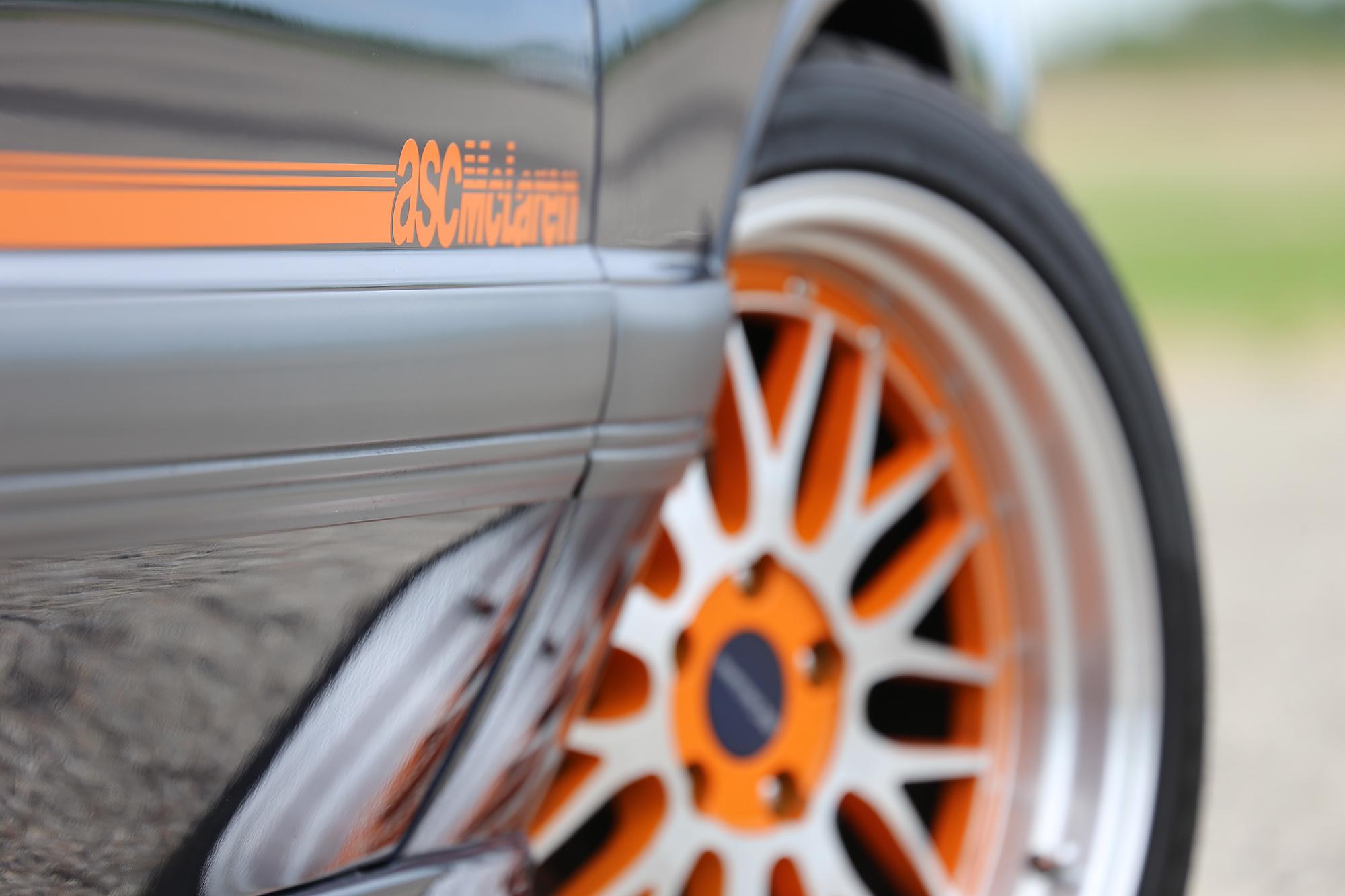 1985 ASC McLaren logo cose-up