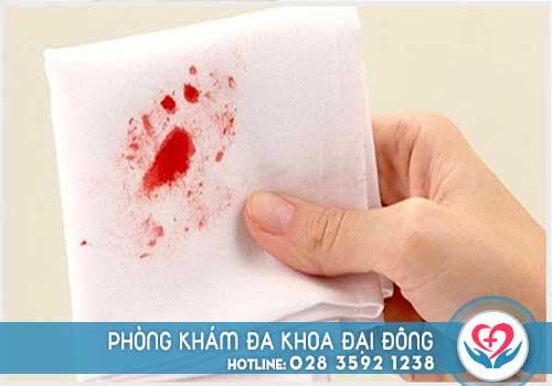 Đi cầu ra máu là bệnh gì