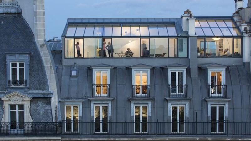appartement parisien dont la toiture en zinc a été surélevée pour créer une verrière