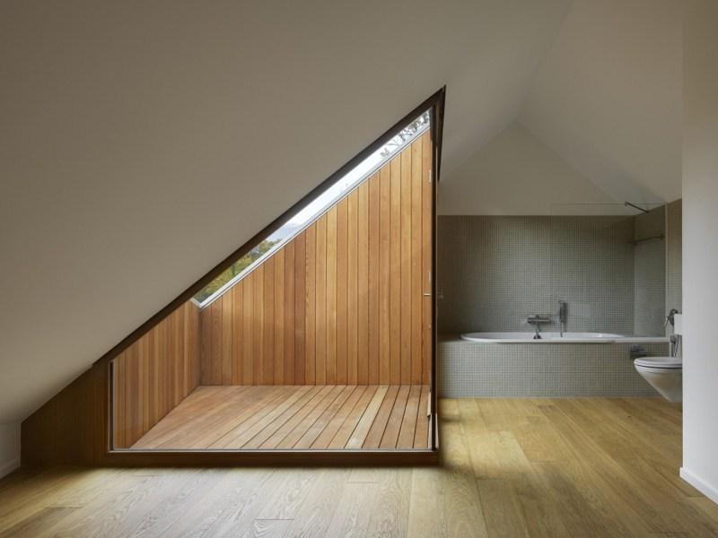 une terrasse tropezienne sous combles dans une salle de bain