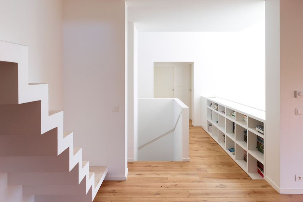 maison_volets_parquet_escalier_blanc