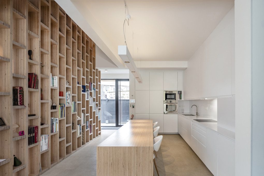 cuisine-blanche-bibliothèque-bois