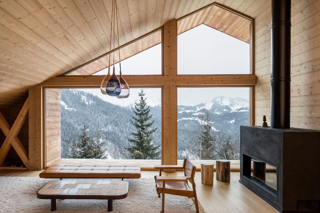 maison-bois-chalet-poele-salon-neige