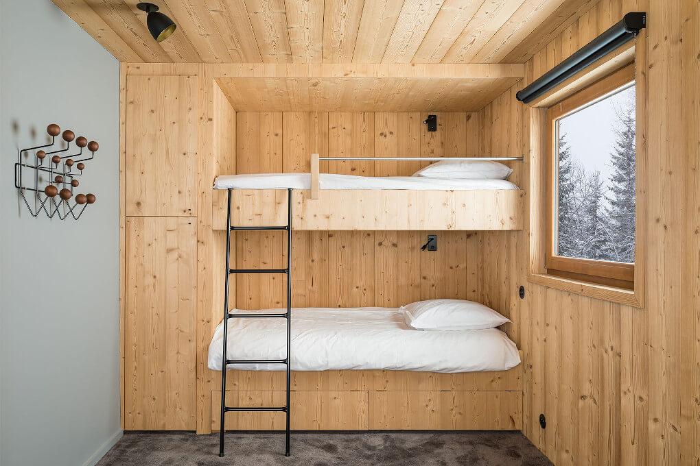 chambre-bois-chalet-neige-lit-échelle