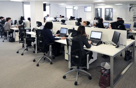 plateau d'affaires - des agents de voyage réservent pour des voyageurs d'affaires