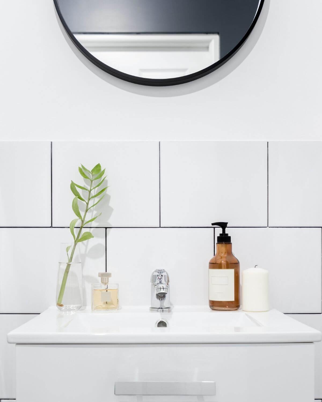 Tvattstall och blandare i vitt helkaklat badrum