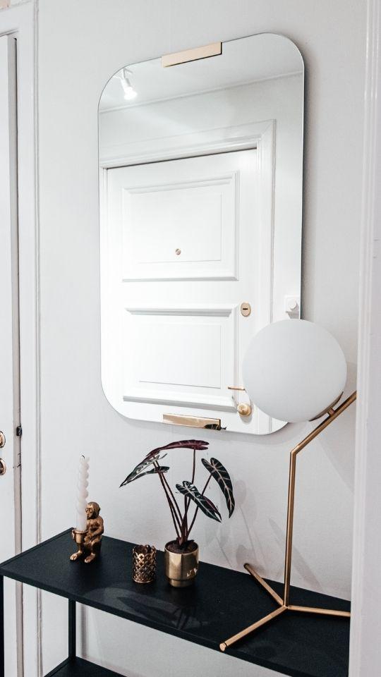 Done hjälper dig hänga upp spegel på väggen