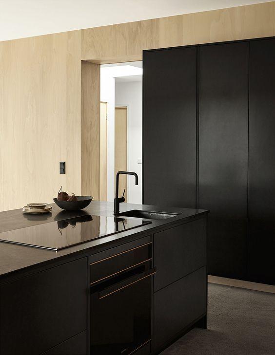 svart minimalistiskt kök med svart blandare