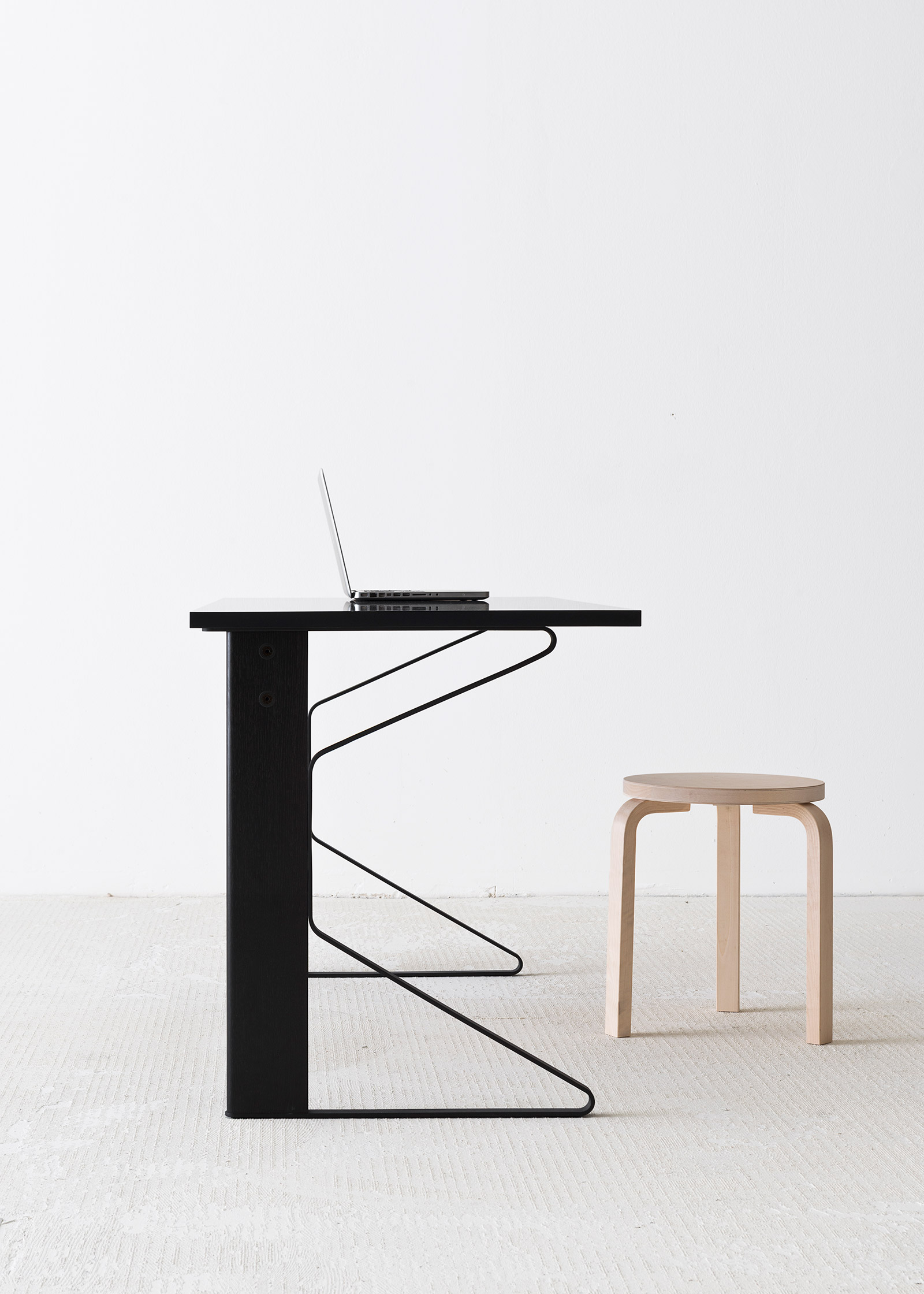 Kaari desk in black lacquer oak and Stool 60 in birch by Artek