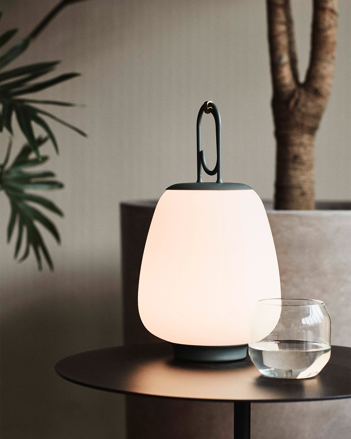 Lucca lamp in moss on black metal side table