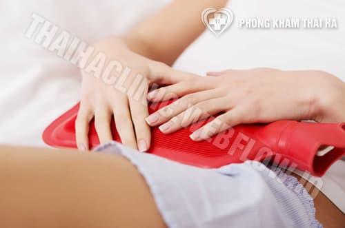Chườm nước ấm giảm đau bụng kinh