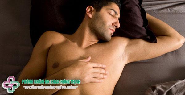 Nam giới đi ngủ không mặc đồ có tốt không?