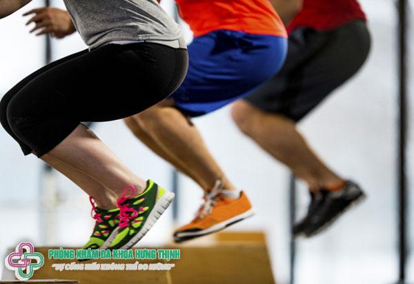 Bật nhảy cóc cũng là bài tập thể dục tại nhà giảm mỡ hiệu quả