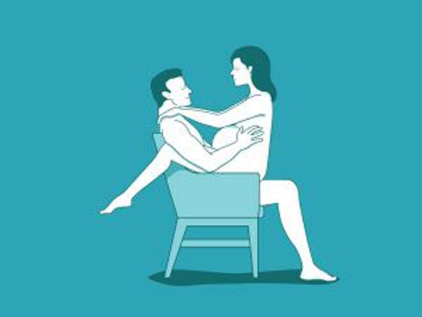 Đối mặt trên ghế là một trong các tư thế quan hệ cho mẹ bầu phù hợp