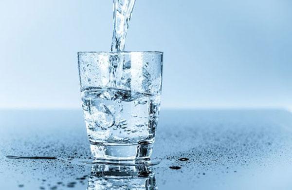 Phụ nữ sau sinh mổ cần bổ sung nước muỗi ngày