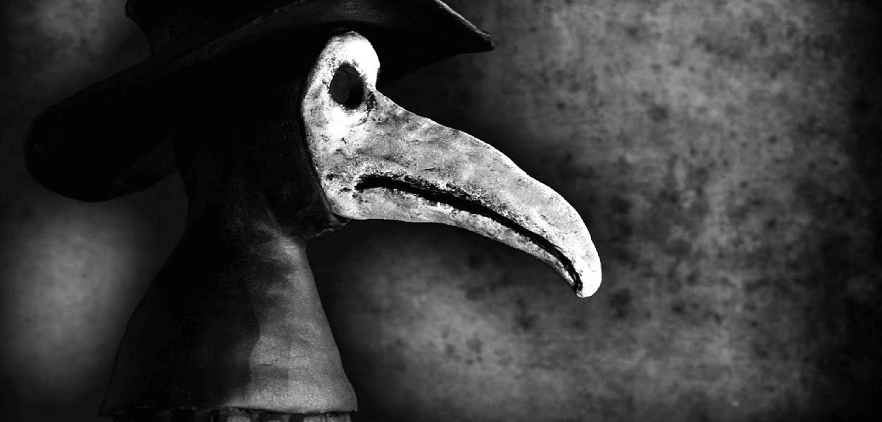 Foto de uma estátua representando um médica da peste.