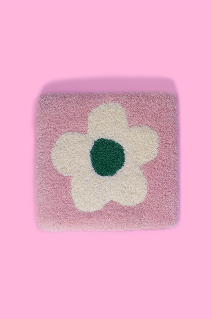 Tapis mural touffeté à la machine / Une belle petite fleur sur fond rose / fait avec amour à Montréal par Audrey Lord / 100% laine pure de Nouvelle-Zélande / pièce unique, c'est le seul ainsi en vente!!! / dimension: 10,5 x 10,75 po / inclus un support pour l'accrocher sur ton mur préféré!
