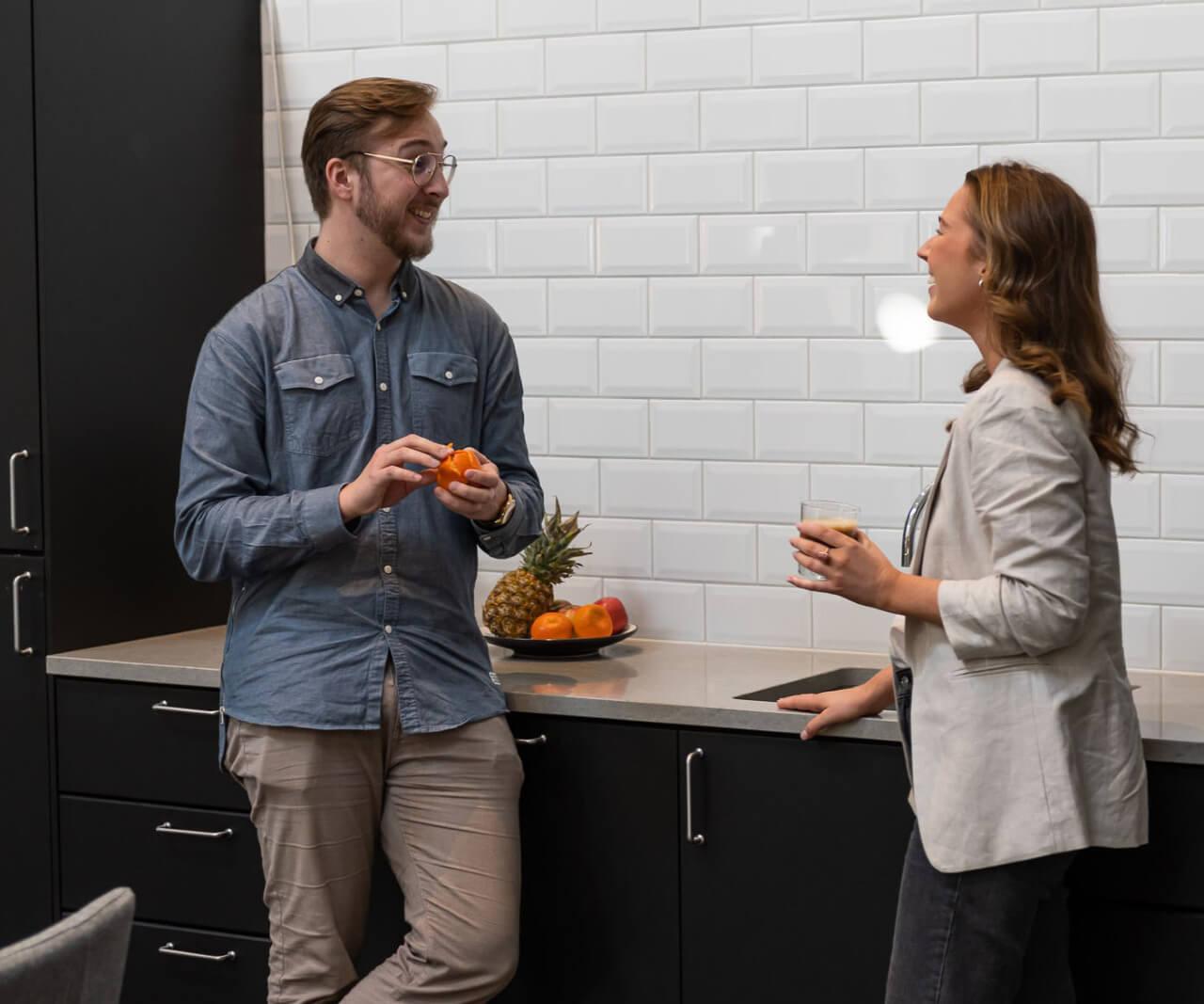 2 personer står och pratar på ett kontor