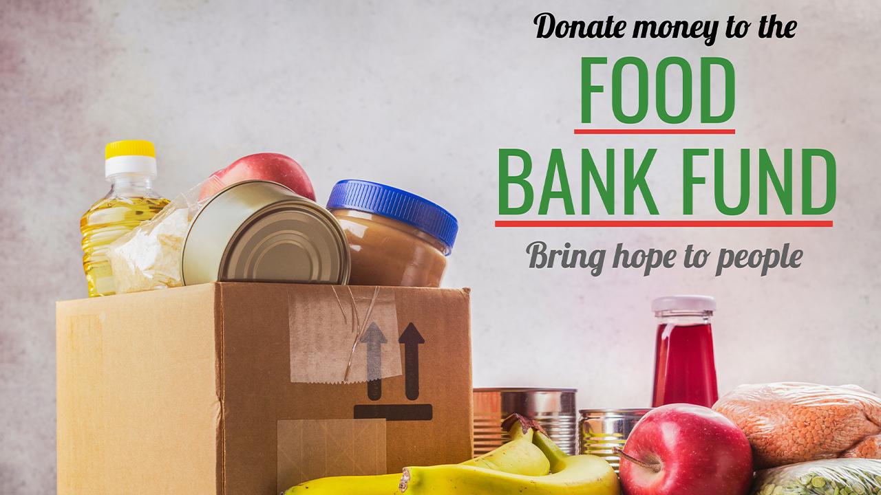 Done dinero al fondo del banco de comida