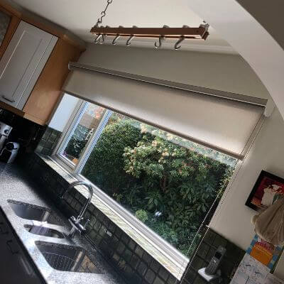Long roller blind fitted in cassette system