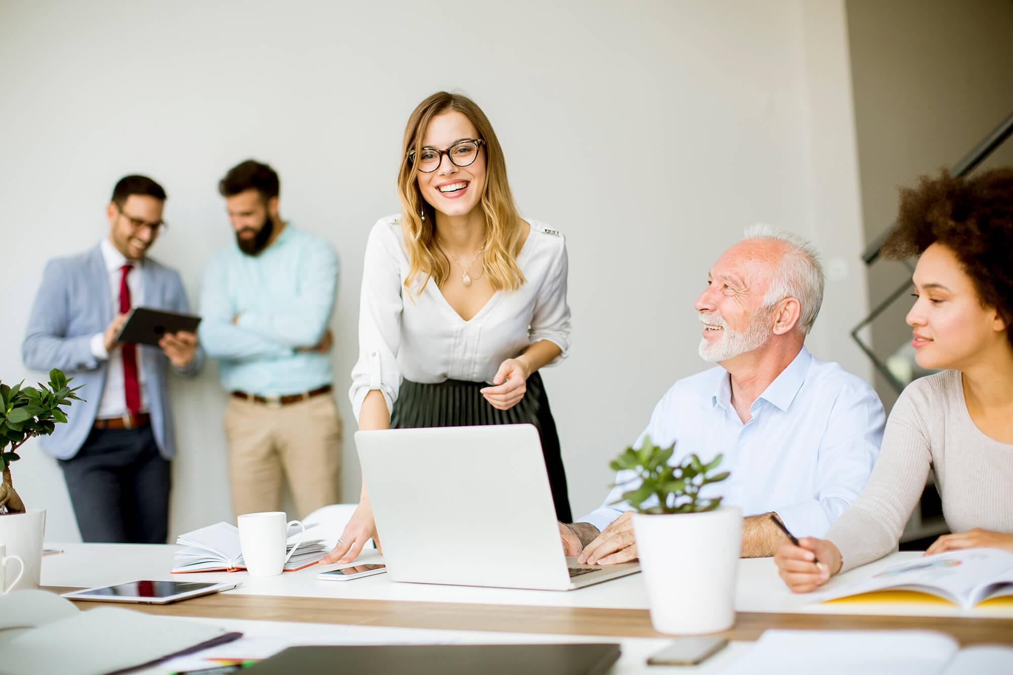 Mulher sorrindo no escritório