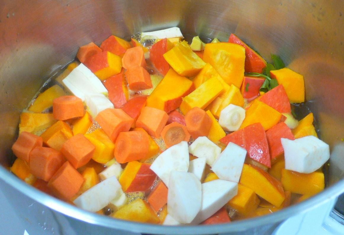 Biogemüse schmeckt lecker in einer Suppe.