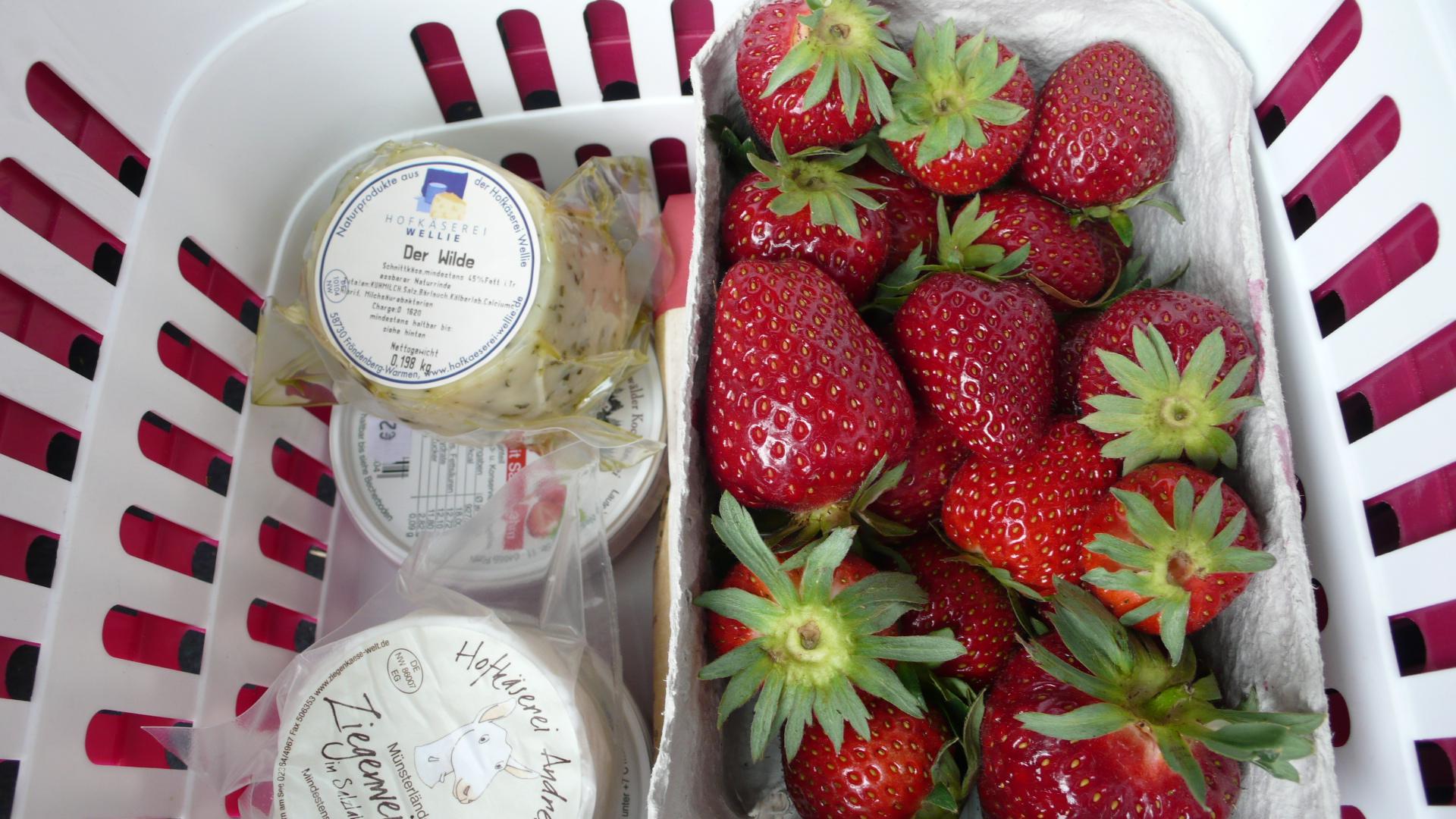 frische Erdbeeren und Milchprodukte