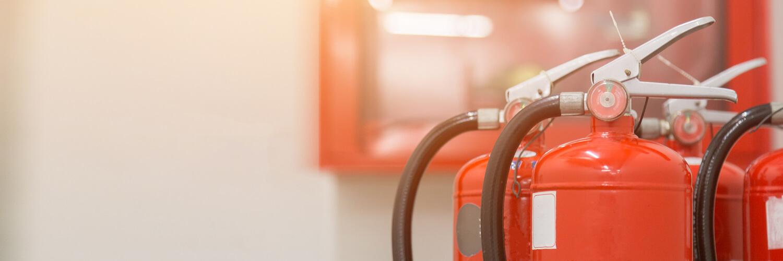 Los extintores PQS son los más comunes y versátiles, puesto que sirven para apagar múltiples clases de fuego. En el presente artículo profundizamos sobre este tipo de extintores para conocer sus propiedades y cualidades principales.